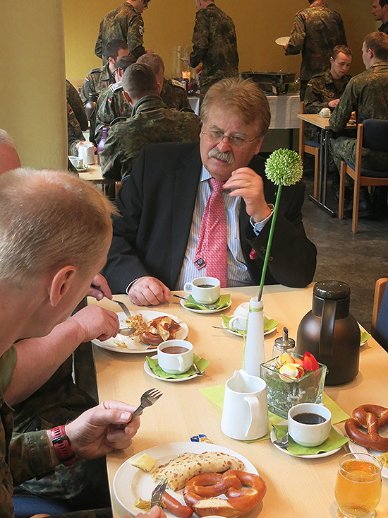 Angeregte Gespräche am Frühstückstisch