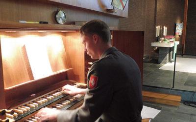 Mit Kampfstiefeln an der Orgel